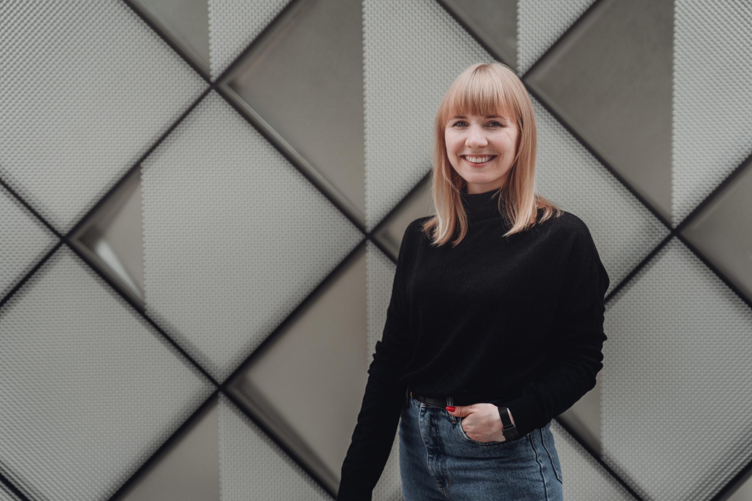 Melanie Wagner, Designerin aus Berlin vor geometrischem Hintergrund